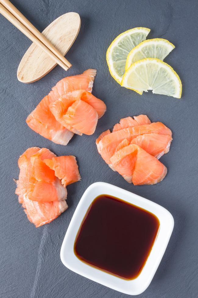 Ingredienti: - - Salmone fresco 350 gr.- Zenzero fresco qualche fettina- Lime o limone 1- Olio evo q.b.- Menta in foglie q.b.- Pepe rosa q.b.- Sale q.b.- Salsa di soia.
