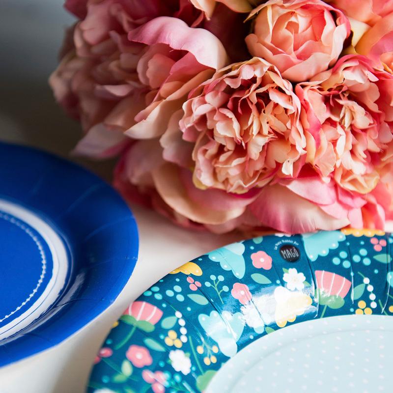 La cosa divertente dei piattini Pretty Flowers è che potrete scegliere l'accostamento colore che preferite associandoli allaCollezione Pois, come abbiamo fatto noi con il rosa e il blu. -
