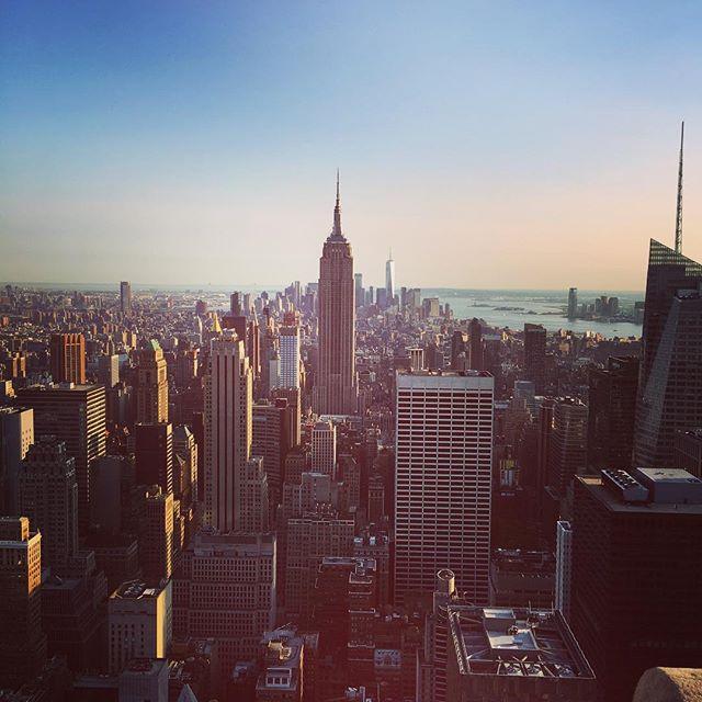 Bye bye New York!! Anche questa nuova avventura di Magò negli USA è terminata, rimane la consapevolezza che la strada è quella giusta anche se il traguardo è ancora molto lontano. È dal #topoftherock vogliamo ringraziare voi che ogni giorno ci sostenete e scegliete i nostri prodotti per i vostri #specialevents.  #staytuned perché a brevissimo pubblicheremo sul nostro shop le tantissime novità che abbiamo@portato al #nss2018!! #partyideas #partydecor #party #magoparty #magopartygoestousa #nyc