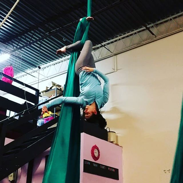 I'm not sure what exactly this shape is expressing, but I still like it! 😎😎 . . . #aerialnation #aerialist #circuseverydamnday #usaerial #dancer #circusarts #aerialsilks #aerialfabric #aerialistsofinstagram #aerialistsofig #aerialworkout #choreography #aerialdance #coreworkout #core #aerialdance #inversions #verticalwise #workout #inspiration#denver #colorado #denverfitness #flexibility #coloradofitness #abworkout
