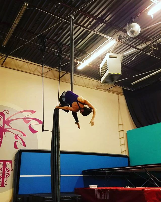 Stay warm out there! ❤❤ . . . #aerialnation #aerialist #circuseverydamnday #usaerial #dancer #circusarts #aerialsilks #aerialfabric #aerialistsofinstagram #aerialistsofig #aerialworkout #choreography #aerialdance #coreworkout #core #aerialdance #inversions #verticalwise #workout #inspiration #denver #colorado #denverfitness #flexibility #coloradofitness #abworkout