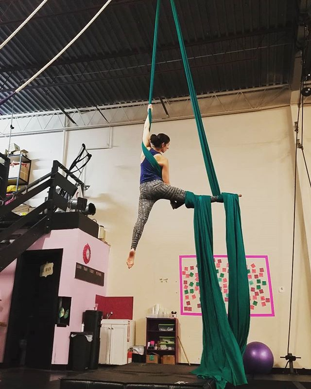 Revisiting some old favorites on a quiet Saturday afternoon. ❤❤ . . . #aerialnation #aerialist #circuseverydamnday #usaerial #dancer #circusarts #aerialsilks #aerialfabric #aerialistsofinstagram #aerialistsofig #aerialworkout #choreography #aerialdance #coreworkout #core #aerialdance #inversions #verticalwise #workout #inspiration #denver #colorado #denverfitness #flexibility #coloradofitness #abworkout #weekendworkout