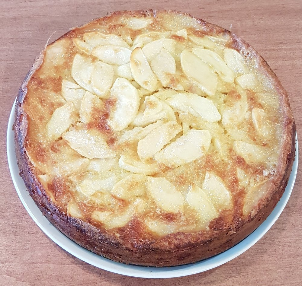 Apple cake whole 2017.jpg