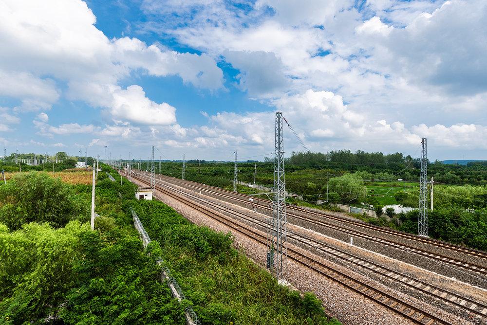 蓝天白云和铁道,很日本的感觉,再多一辆火车经过就更像了。