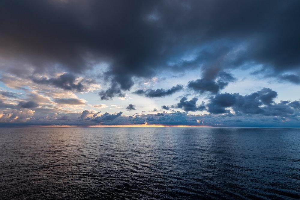 然后就跟着乌云压顶,距离第一张照片13分钟,距离第二张4分钟。