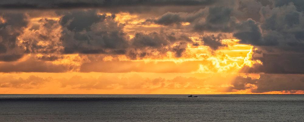 《暴雨过后》,这是日出时的景象,暴雨已经过去,太阳从云中射出温暖的光线,一艘小船在远处的海面上。我相信你们一定会最终注意到这艘小船,它是这幅作品的隐喻,除了想表现暴雨后的美丽时刻之外,更想让观者体会到那艘船上的船员们的感受——可怕的暴风雨已经过去,海面平静,最危险的时刻已经过去,此时此刻的船员看到如此景象会觉得安心与平静吧。
