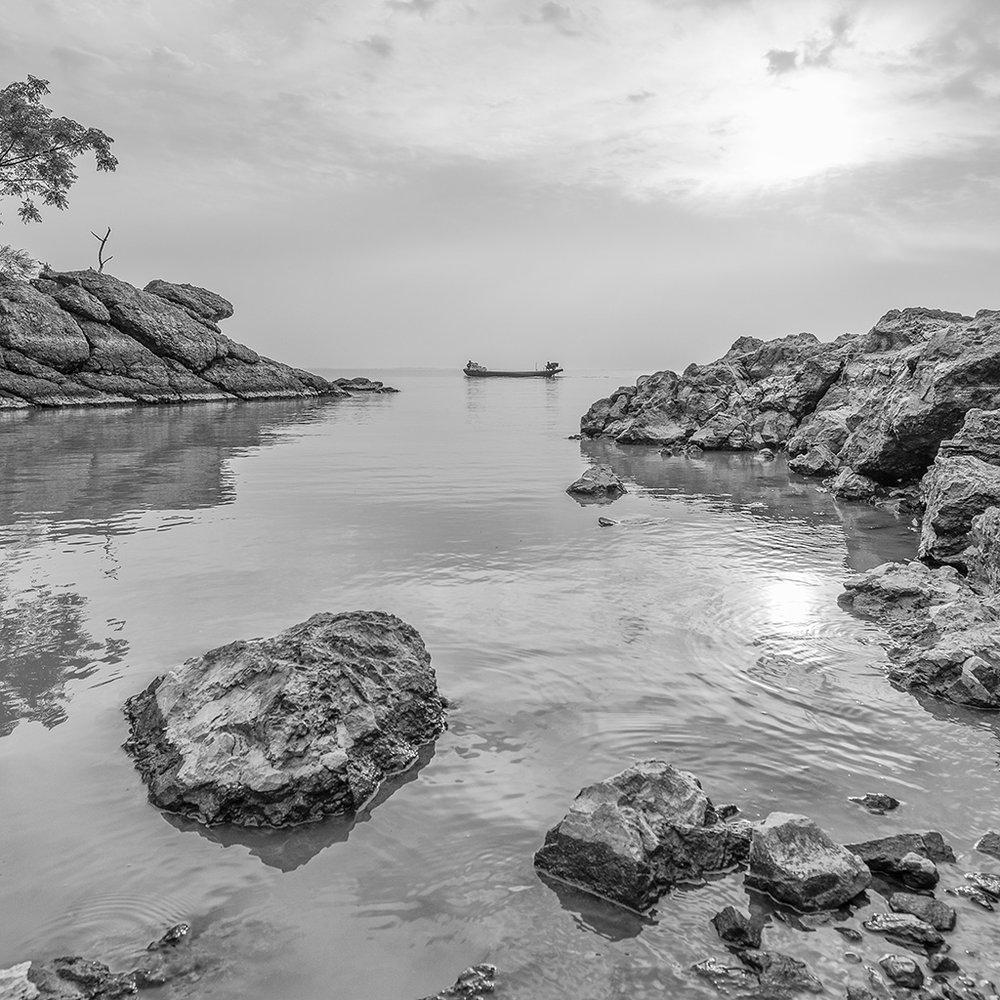 一艘渔船经过,巧合吗,是的,但是如果不配合这宁静的氛围,则不会有如此的点睛。