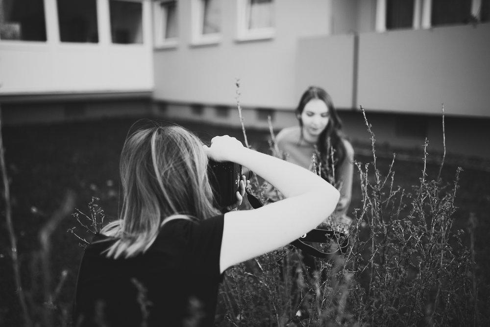 Was müsst Ihr mitbringen? - Natürlich Eure Kamera (idealerweise Spiegelreflex, hauptsache Du kannst Blende, ISO und Belichtungszeit verstellen) und (falls vorhanden) verschiedene ObjektiveEs spielt wirklich keine Rolle mit welcher Kamera ihr zum Kurs kommt, wir gestalten den Kurs so, dass Ihr aus Eurem Equipment mehr rausholen könnt.