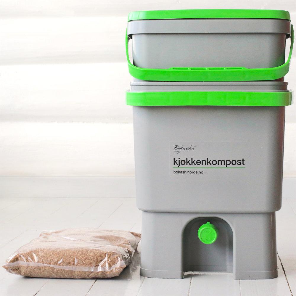 Bokashi start-kit – 100 % resirkulert plast  2 bokashibøtter med tappekran, 1 kg bokashistrø, 1 stk. stapper til bokashibøtten, 1 stk. tappekopp for bokashivæske.  Mål: høyde 38 cm bredde 33 cm dybde 27 cm
