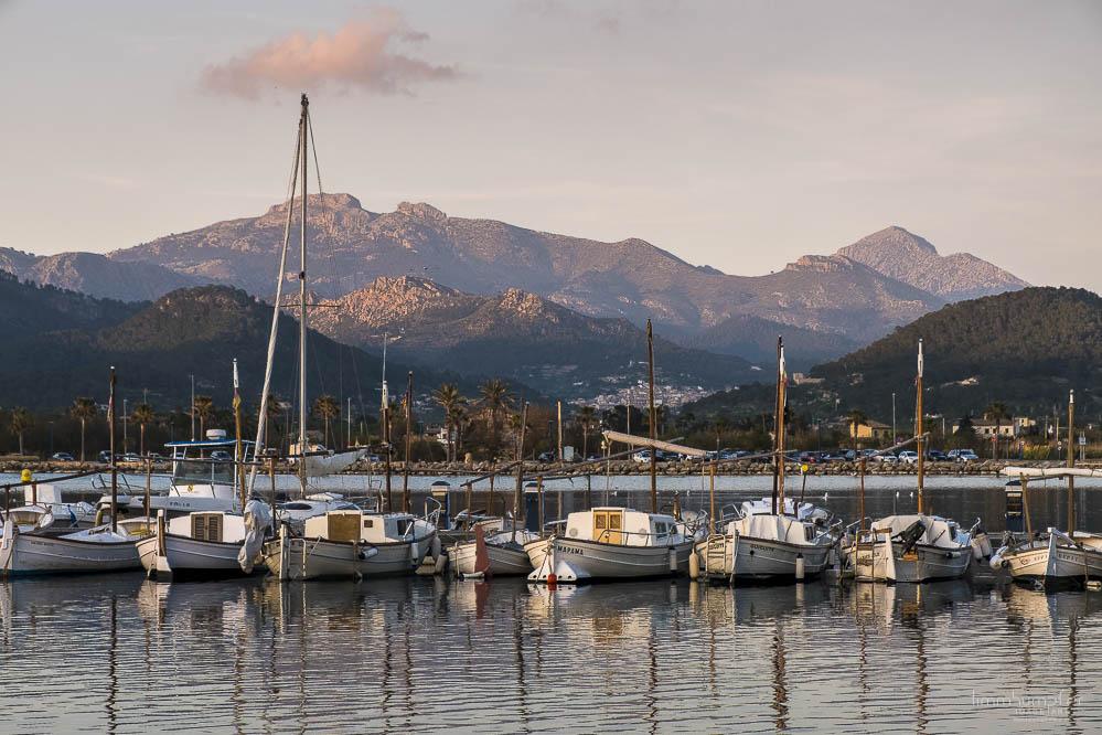"""Der Hafen von Port d'Andratx mit Blick auf die """"Aufgaben"""" der nächsten Tage im Hintergrund."""