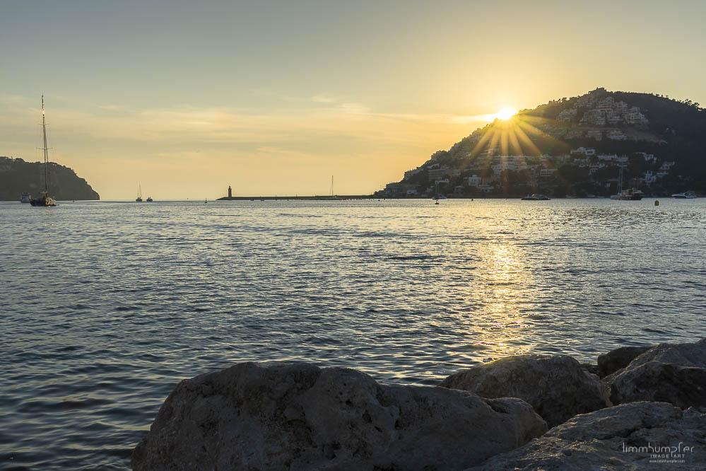 Die Sonne versinkt hinter den Häusern auf dem Hügel in Port d'Andratx. So muss ein Tag enden!