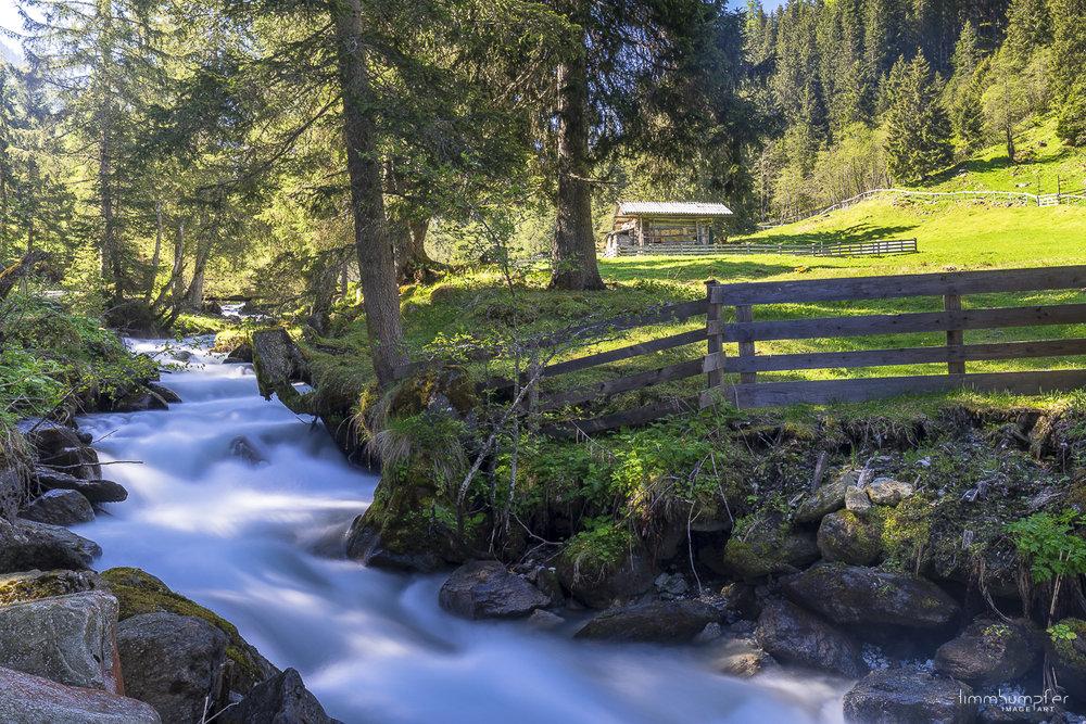 Lange Zeit geht es auf breitem Forstweg entlang des Sendersbachs durch das Senderstal.