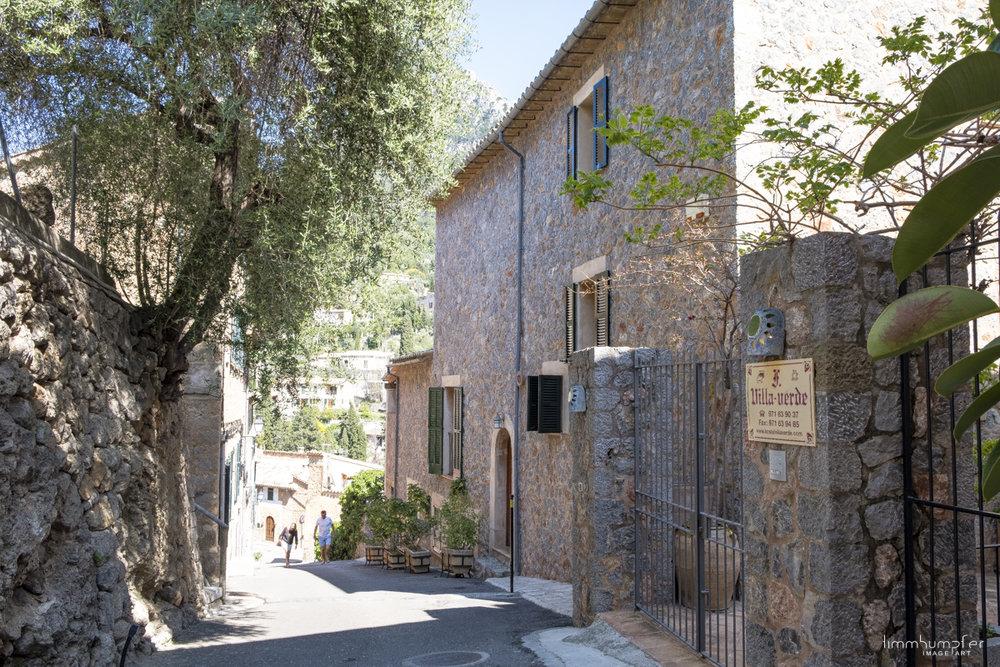 Die engen und steilen Gassen von Deià, rechts der Eingang zur Unterkunft Villa Verde.