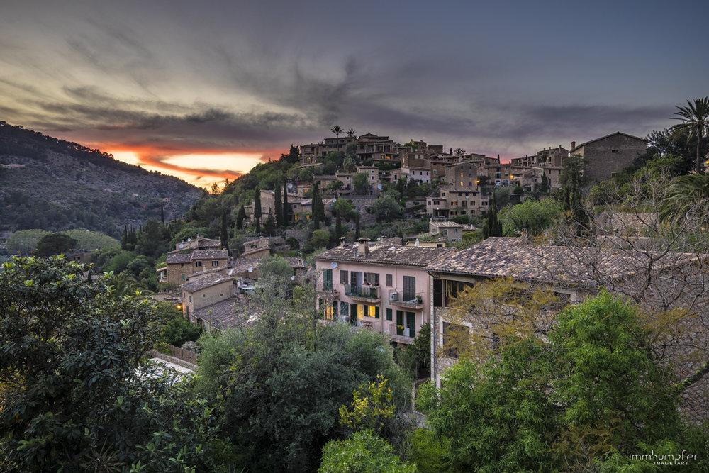 Das Künstlerdorf Deià schmiegt sich spektakulär an die Hänge der Serra de Tramuntana.