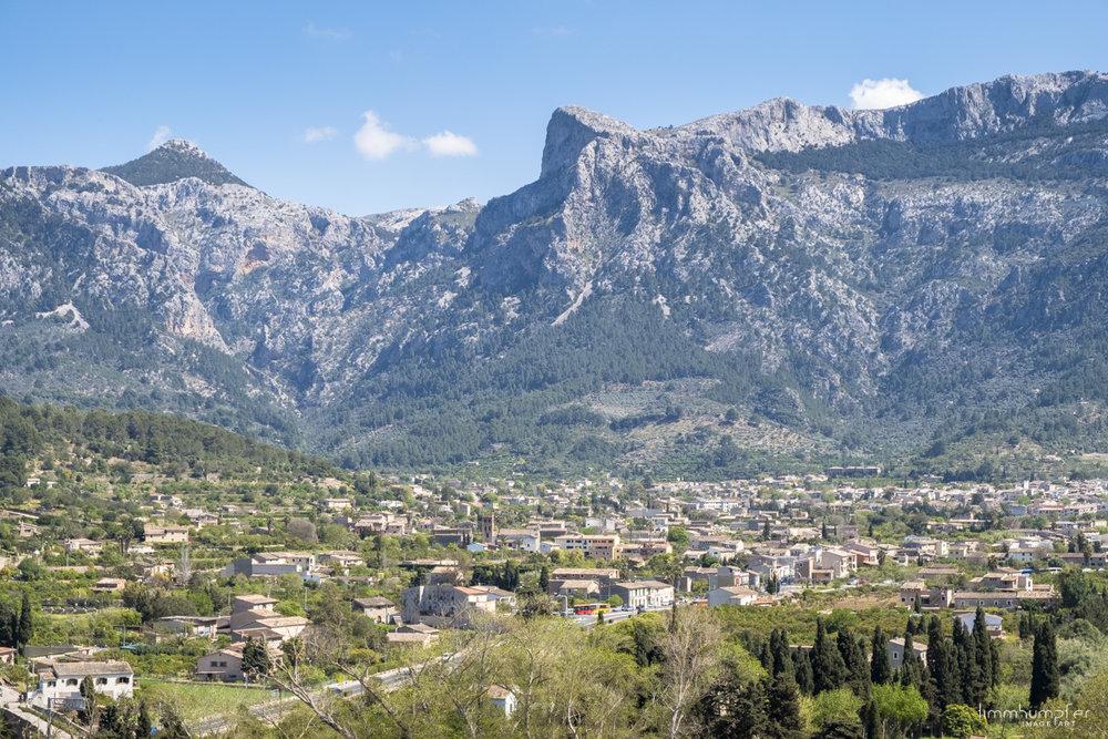 Der Ort Sòller zu Füßen der felsigen Serra de Tramuntana.