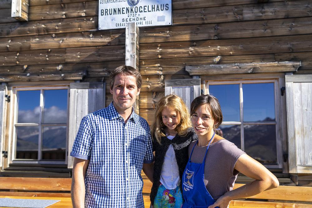 Herzlichkeit und Gastfreundschaft... Familie Gstrein vor ihrem Brunnenkogelhaus.
