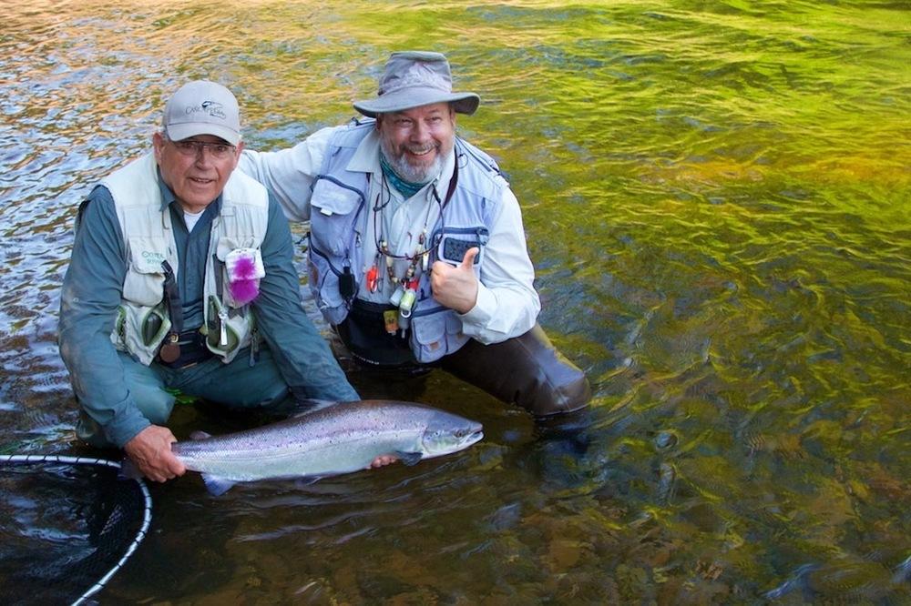 Dan Greenberg et sa prise, un beau saumon de la Cascapédia. Beau spécimen, Dan!