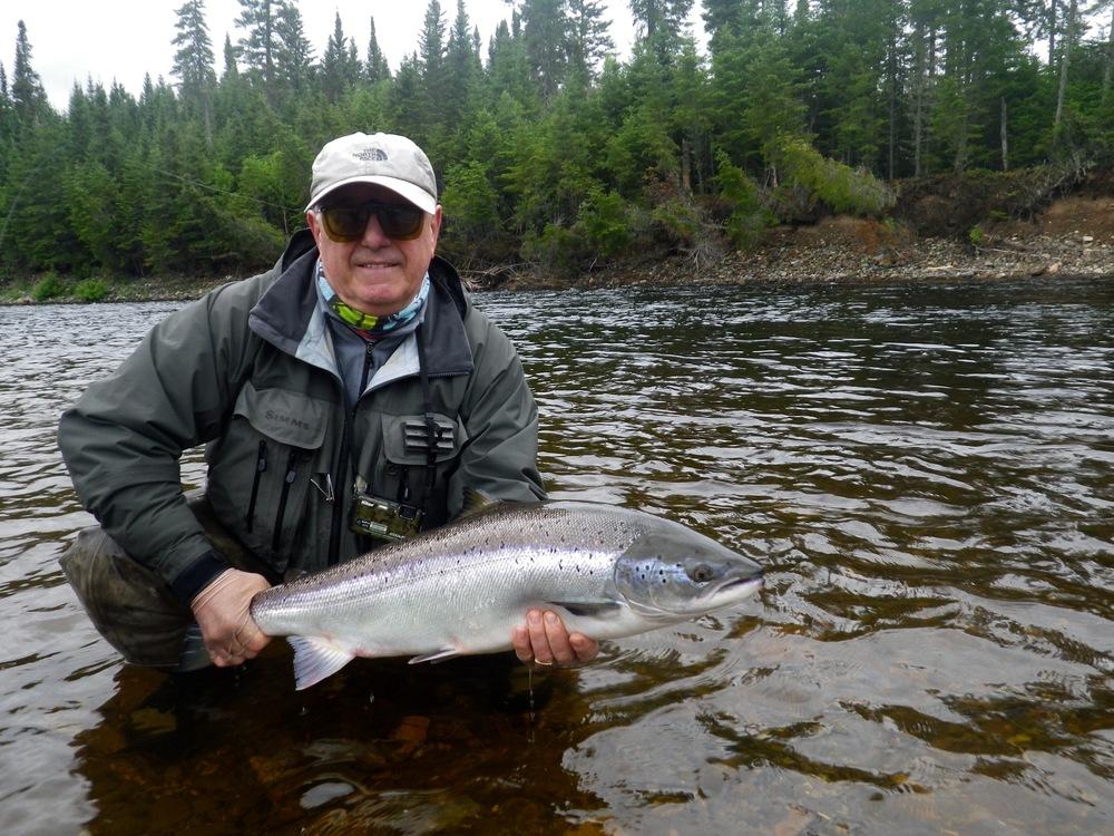 Eddie Di Biaggio, du Royaume-Uni, et son premier saumon atlantique pris dans une rivière canadienne. Félicitations, Eddie!