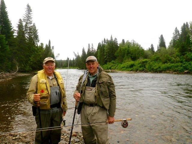 Compagnons de pêche de longue date, Dave Oxley et Davis McFarlane s'apprêtent à passer une autre journée sur la rivière.