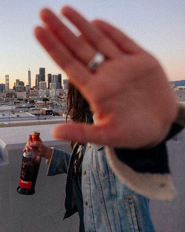 Qui a dit que les filles n'aimaient pas le Whisky? Je crois que le goût légèrement caramélisé du @glenfiddichfrance Fire & Cane a fini par séduire @vagabonde.tv  Soit elle assume pas... Soit elle veut pas me rendre la bouteille. #unlearnwhisky