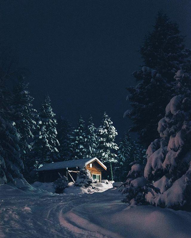 Good Morning! Avec les prévisions météo d'hier on pensait se réveiller dans ce genre de paradis blanc. Raté. - - - - #montana #snow #somewheremagazine #beautifuldestinations #travelgram #passionpassport #cabinporn #awakethesoul @magazinegeo