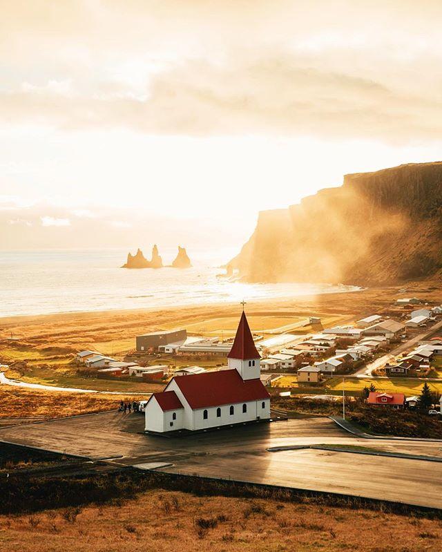 Tu ne peux pas croire qu'une telle lumière puisse exister jusqu'à ce que tu ailles en Islande. Pour notre tout premier voyage ensemble, et notre seul voyage en Islande pour le moment, nous avons été vraiment gâté par le temps et ce genre d'instants de grâce. Almost #nofilter , just a quick contrast balance. How crazy is that light?? 🤯