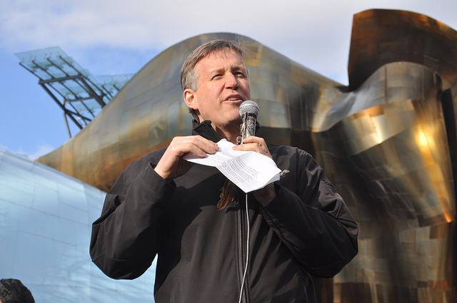 Photo of Mike O'Brien: Raising John T. Williams Memorial Totem Pole 328 by Joe Mabel is licensed under CC BY 2.0
