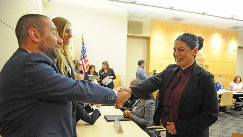 Judy Olivares recibe su diploma por completar el programa.(Selene Rivera / HOY)