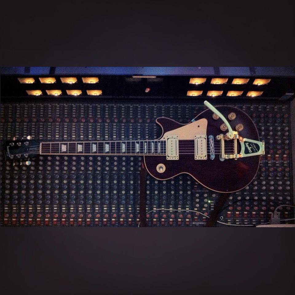 les paul desk .jpg