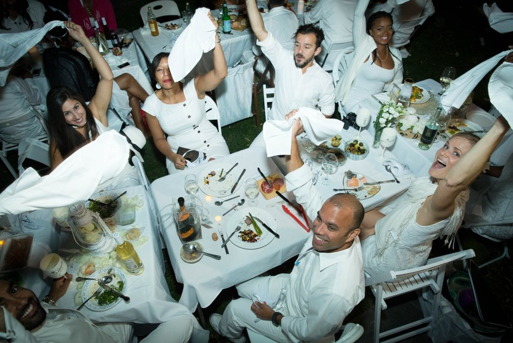 ( Photo courtesy of Dîner en Blanc. )