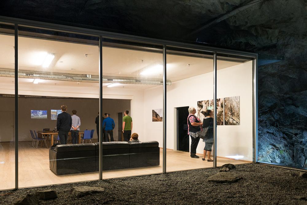 Ortsspezifische Präsentation im Seminarsaal des Felsenhotels La Claustra, Airolo 2015 Das Felsenhotel befindet sich in einer ausgedienten Festungsanlage in Mitten des Gotthardmassivs.