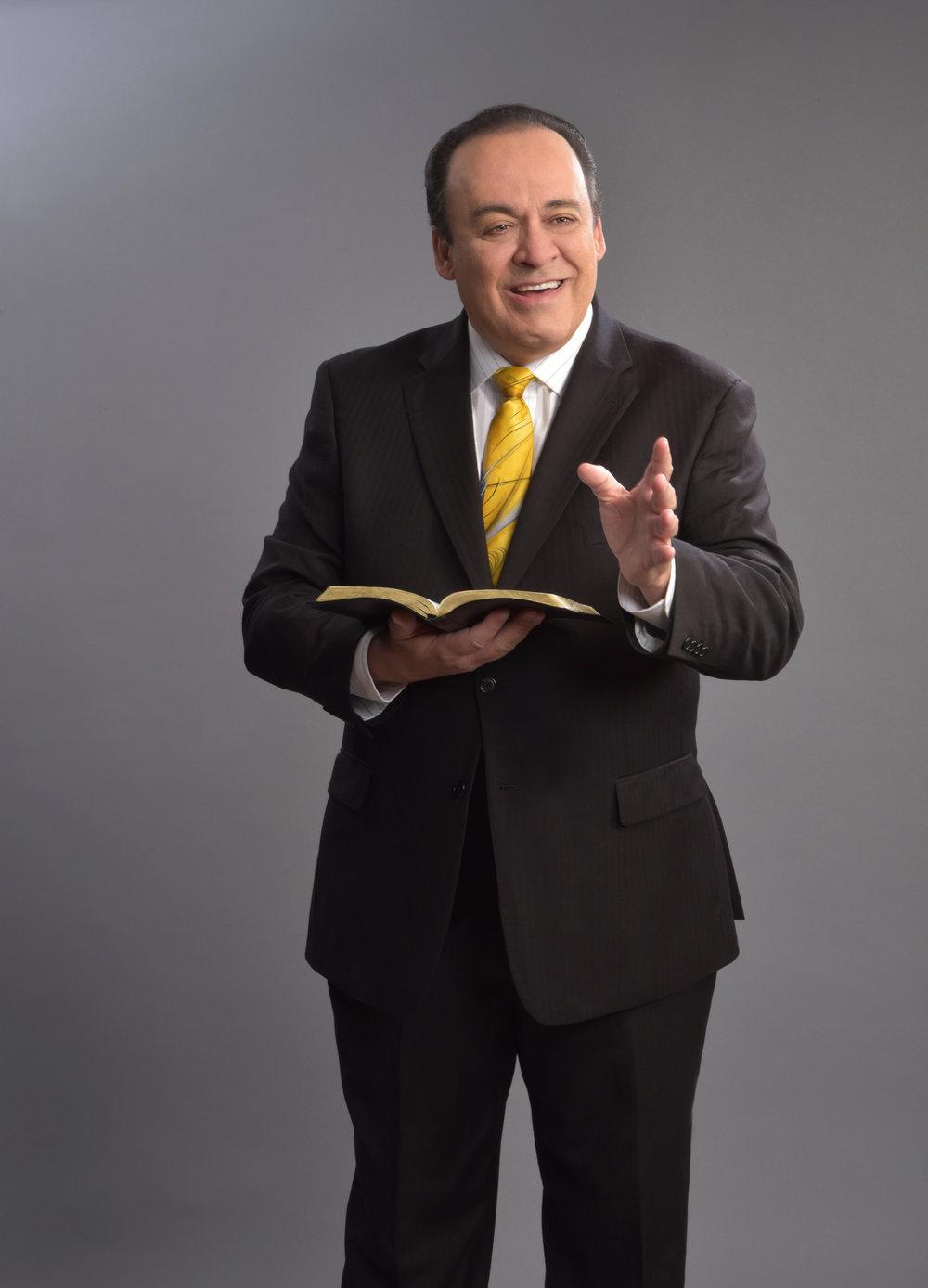 Omar Solo con Biblia 2.jpg