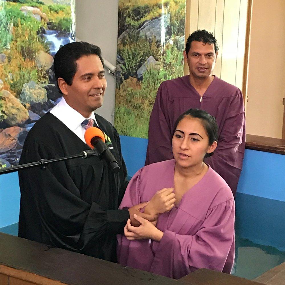 Familia Morales, José y Ana con el pastor Alex Diaz quien condujo la ceremonia.