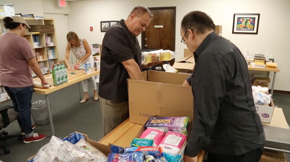 El personal de La Voz de la Esperanza empacando alimentos para enviar a Venezuela