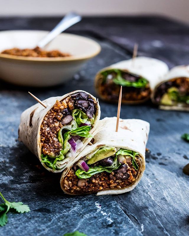 Mexican Walnut Black Bean Tacos 🔥 ------------------ Dry-toast 2 cups walnuts 5min over high heat. Blitz with generous glug olive oil, 1-2 tbsp soy sauce, dash of cumin, paprika, gr coriander, cayenne to a mince-like consistency. Line two wraps with walnut taco 'meat', black beans, avocado, lettuce, red onion and jalapeños if liked! - - - #vegan #instarecipe #wraps #wrap #burrito #fajita #burritoporn #veganburrito #dinnerporn #dinnergoals #veganfood #veganfoodporn #veganfoodshare #vegansofig #foodporn