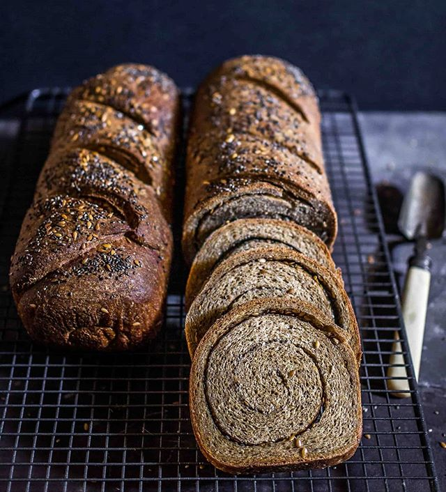 Ahh I miss making bread 🍞 it's been ages! I hope to get back into it someday... for now just throwing back to my protein bread recipe – 10-11g per slice! – with all its seedy spirals on show. 🌀 Recipe link in bio 👍 // www.discoverdelicious.org/food-blog/protein-bread - - - #veganfood #bread #homemade #protein #highprotein #veganprotein #seeds #cooking #baking #recipe #veganeats #gymfood