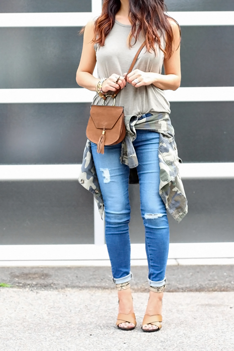 How to style distressed jeans in summer