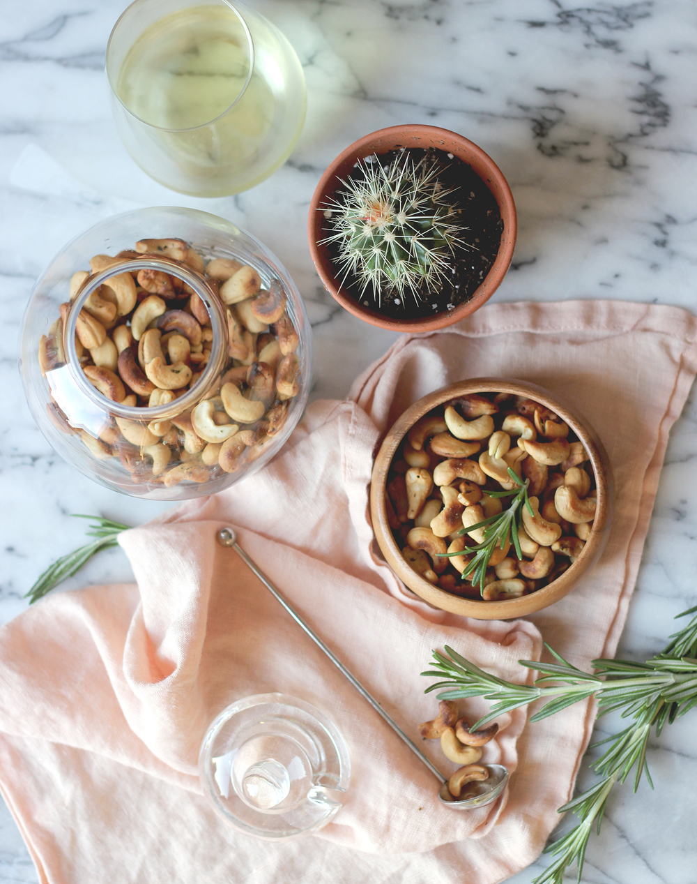 Impress your guests with (simple) homemade roasted rosemary cashews, click through for the recipe! | A Fabulous fete