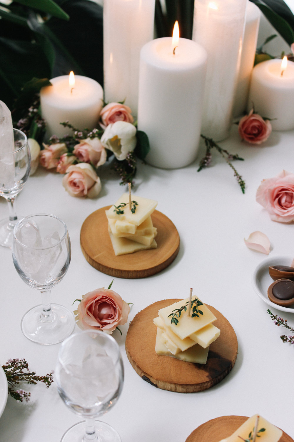 Candle and floral table runner | A Fabulous Fete