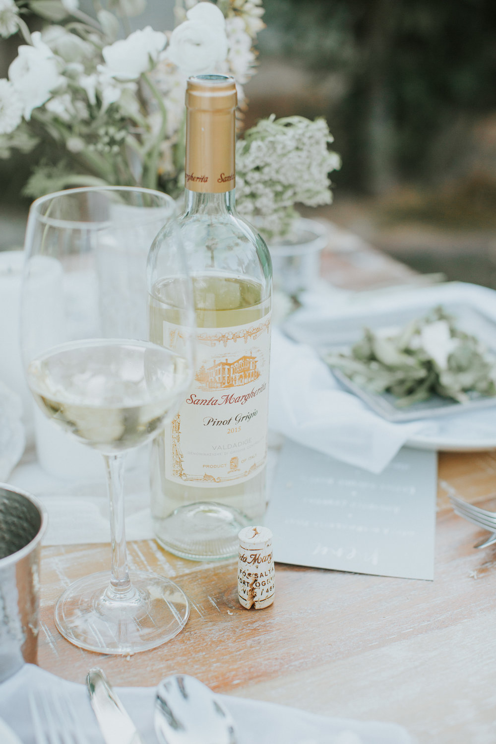 A mix of neutrals and white, more tips on hosting a summer dinner party on the blog | A Fabulous Fete