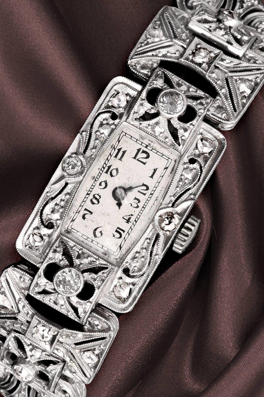 160 Jahre Uhrmacherkunst - Diese Art-Deco Uhr aus dem Jahre 1922 gehörte der Großmutter Luise von Andreas Rohrbacher. Sie gibt dieser neuen Unikat-Linie Luise ihren Namen. Auch die 12 original Art Deco Stunden Zahlen, sehen Sie in der aktuellen Luise Kollektion.
