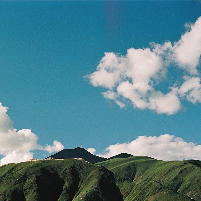 見山是山,見山不是山,藏文化發源地結古鎮,古色古香的建築物被現代且商業化的商城滲透,就像是喇嘛騎著野狼一樣既詭異卻又美麗的不像話。  #nikonfm2 #yushu #遊牧行