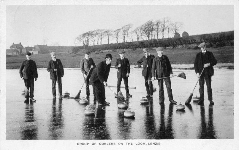 Group_of_curlers_on_the_loch_Lenzie,_1910_postcard.jpg