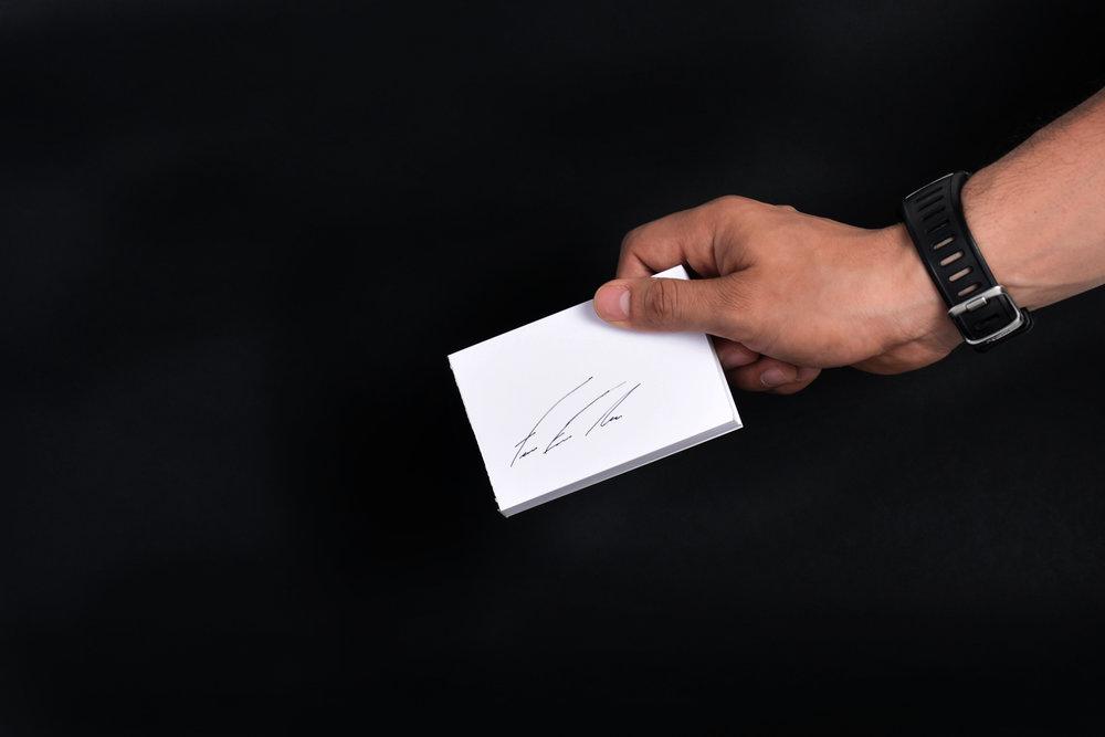El isotipo fue inspirado en la firma personal del cliente.Nada más personal que tu firma.  Personal Branding.
