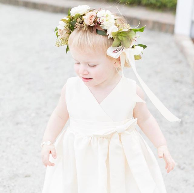 A little something to sweeten up with our Tuesday! Does it get any cuter than little girls and flower crowns? 🌿