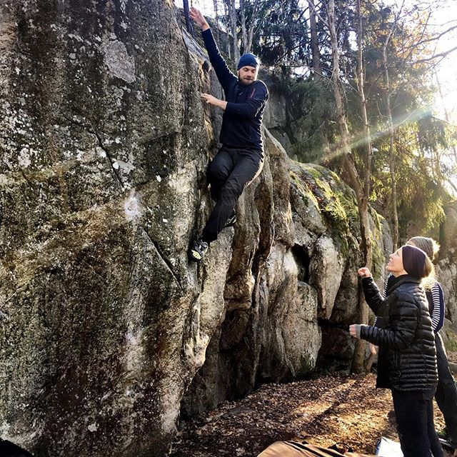 Time to decent back to the ground after a few hard moves. #bergsidan #bouldering #climbing