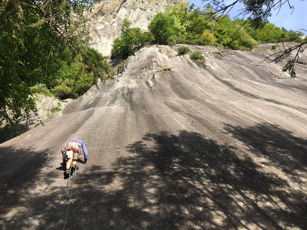 """lite snygg svaklättring piggar alltid upp. här på klippan Stomaco peloso som betyder """"hårig mage"""". Kan bero på att det är 20m till första säkringen."""
