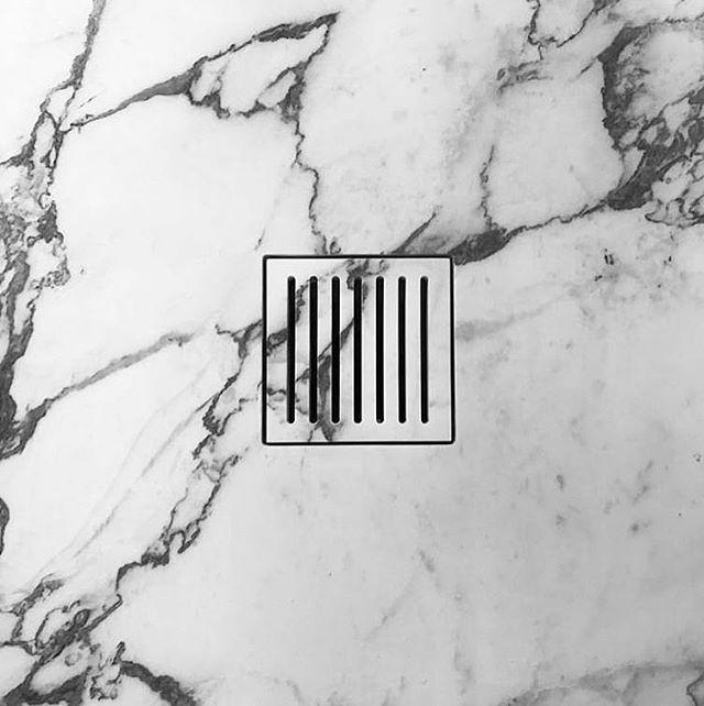 Shower Detailing 🖤 . . . . #showerdesigns #ilgranito #showerdetail #interiordesign #bathroomdesign #marble #stoneshower #greyandwhite #integrateddesign #interior #bathroom #marblebathroom