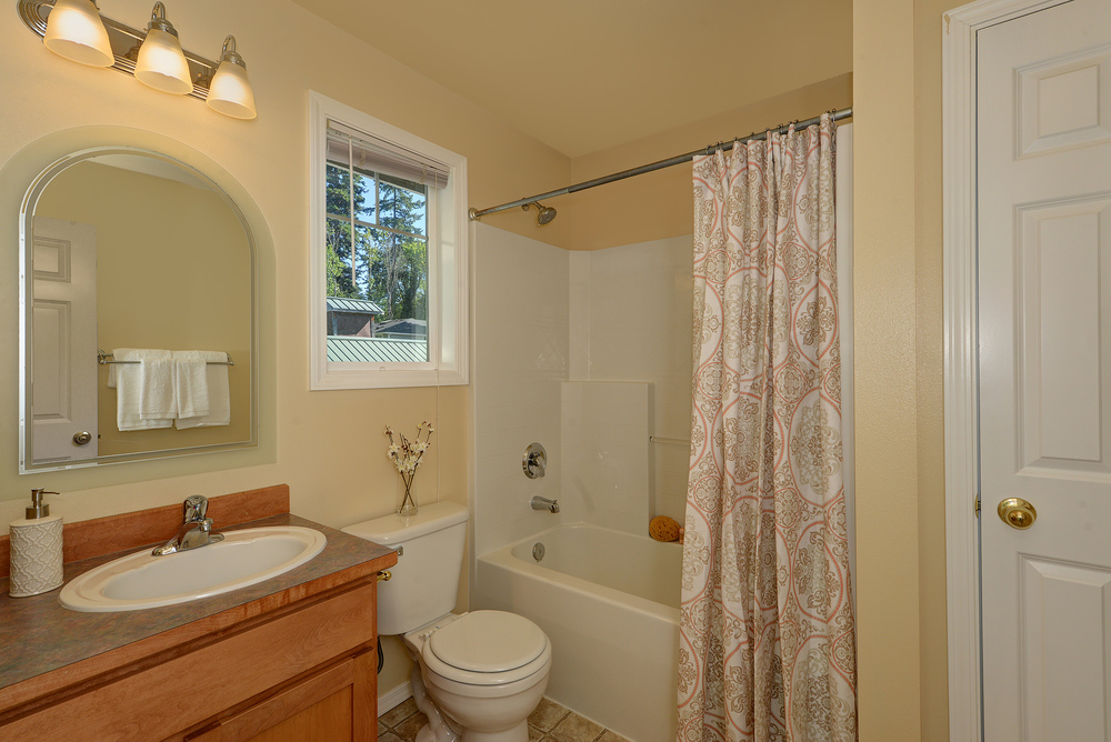 16 - Upstairs Bath.jpg