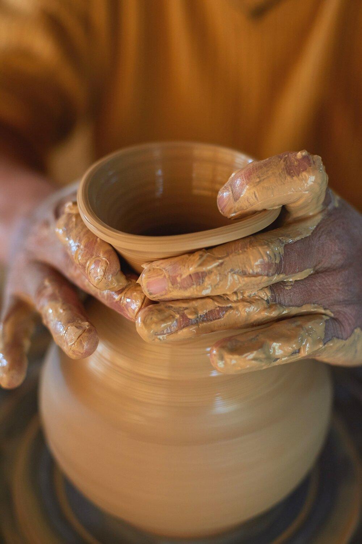 Teófilo Huaccha haciendo una jarra .jpg
